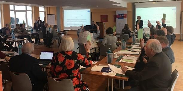 Die Delegierten des Ev. Verbands Kirche-Wirtschaft-Arbeitswelt stimmen über die handlungsleitenden Grundsätze und die zukünftige Arbeitsweise ab. Foto: © Holger Lemme/EAT