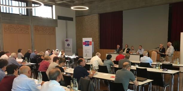 In Rastatt, wo die A-Klasse von Mercedes-Benz vom Band rollt, lud der KDA zur Diskussion über die Zukunft der Mobilität. Foto: ©Holger Lemme/EAT.