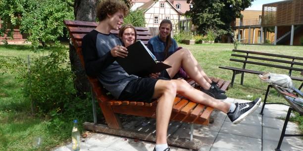 Gemeinsames Denken fällt im sommerlichen Garten des Zinzendorfhauses gleich viel leichter.  Foto: (c) Désirée Frahnow