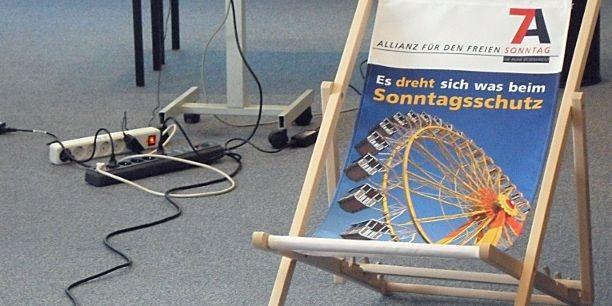 Mehr als 20 Betriebsrätinnen und Betriebsräte diskutieren über Nutzen und Schaden von Sonntagsarbeit. Foto: (c) Holger Lemme