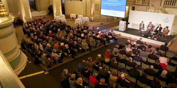 Während des Abendforums in der Französischen Friedrichstadtkirche diskutierten Fachleute die Zukunft der Akademiearbeit und deren Rolle für die Diskurskultur. Foto: (c) Andreas Schoelzel
