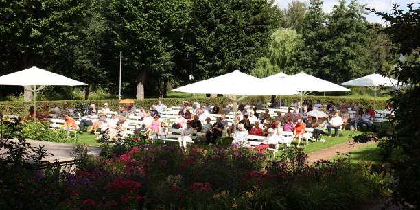 Über 100 Personen hatten sich bei schönstem Sommerwetter im Kurpark versammelt, um mehr über Heinrich Heine zu erfahren. Foto: © Wuttke/EAT