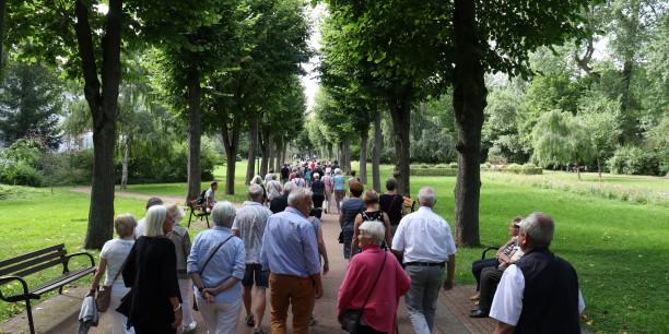 Anschließend an die Lesung führte Christian Stützer das Publikum an bedeutende Orte jüdischer Vergangenheit in Heiligenstadt. Foto: © Wuttke/EAT