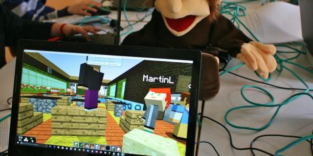 Martin Luther und Minecraft beim Stationenweg in Eisenach. Kulturpädagogin Andrea Janssen leitete den Workshop für Kinder und Erwachsene beim Stationenweg in Eisenach am 6. Mai 2017. Foto: Carsten Meier