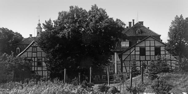 Bis 2013 hatte die Akademie ihre Büroräume im Fachwerkhaus (links) im Garten des Zinzendorfhauses.