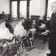 Der Thüringer Landesbischof Werner Leich mit Kindern im Marienstift Arnstadt (1987).